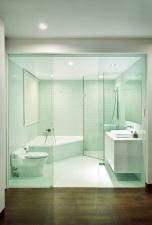 Ъгловата вана позволява разполагането и на душ ареа.