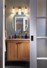 Плъзгаща се врата,по-удобния вариант при малките помещения.