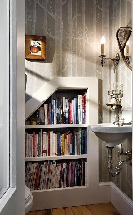 Ниша библиотека,която придава дълбочина на помещението и е практичен начин за подреждане на книги и списания.