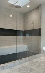 Черната лента е ниша в душовото пространство,удобен и практичен начин за разполагане на тоалетни принадлежности.