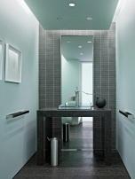 Огледало,разположено по цялата височина на стената.Създава илюзия за по-обемно помещение.
