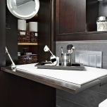 Шкаф,запълващ празнина в пространството вдясно от тоалетната.