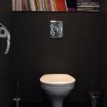 Шкаф библиотека над вградена тоалетна.Създава усещане за перспектива