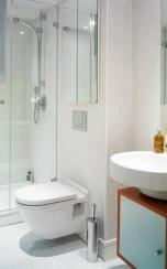 Шкаф над вградена тоалетна с огледални вратички.