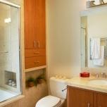 Шкаф,запълващ мястото между ваната и стената.