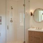 Ъглов душ с прозрашен параван.