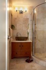 Ъглов овален душ,идеалният вариант при прекалено малки бани.