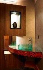 Фантастичен проект за разполагане на ъглова мивка.Огледалото вляво от нея придава невероятно усещане за перспектива.