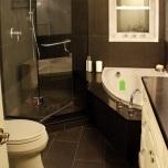 Разполагането на душа и ваната(малък формат)в двата ъгъла, позволяват една нормална циркулация в банята.