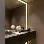 Огледална стена с вградено осветление.