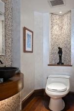 Ниша с LED осветлени над вградена тоалетна.