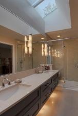 Вертикални осветителни тела на огледало и скрито осветление под шкаф