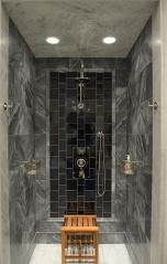 Интересна декорация на душовото пространство с малки плочки.Гланцът им допълнително отразява светлината