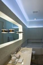 Светещо огледало и скрито осветление зад облицована стена