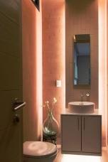 Фантастична идея за разполагане на огледалото върху декоративна стена и скрито осветление зад нея