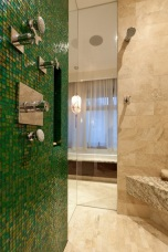 Много красиво съчетание на мозайка,мрамор и огледала.Зеленият цвят се явява акцента в помещението