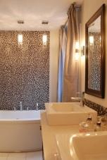 Мозайката е предпочитаната облицовка за малка баня