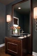 Акцентиращи лампи около огледало,отлично разположени на нивото на погледа