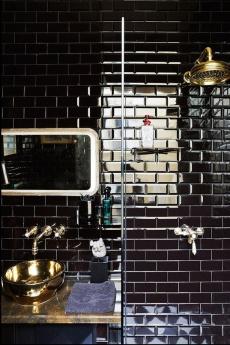Изключително лъскавите фаянсови плочки тип Парижко метро придават блясък на банята и я уголемяват