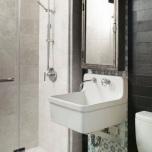 Интересно решение е декоративната стена на мивката.Изнесена напред,с нестандартен фаянс,огледало и осветително тяло , отклонява вниманието от размерите на банята