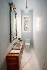 Уникална баня в стил Арт нуво.Огледалото,прозорецът и подовата настилка акцентират и привличат изцяло вниманието