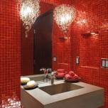 Оригинална баня,облицована с червена гланцирана мозайка.Грешка при осветлението са разположените точно над огледалото тавански спотове