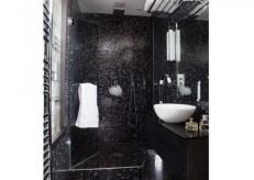 Мозайката разширява визуално пространството на малката баня ,въпреки черния цвят