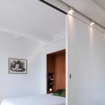 Изключително елегантните лампи, разположени над плъзгащата се врата - дизайн на семейство Гарно