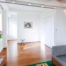 Спалнята с прибрано в стената легло и изцяло отворена плъзгаща се стена