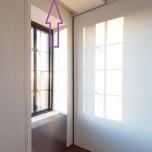 Незабележими гардеробни врати. Щорите на прозорците в целия апартамент са скрити в процепи на тавана.
