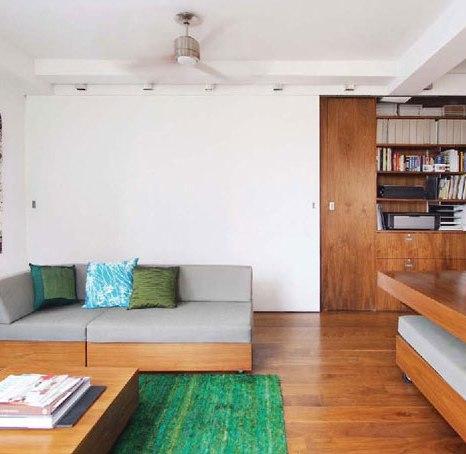 Плъзгащата се стена разделя хола от спалнята. Направена е от 5 см плоскост масивно дърво, облечено с шумоизолиращ гипсокартон и естествен орехов фурнир