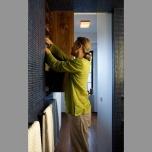 Банята с перфектно скритите ѝ шкафове. Отново плъзгаща се врата я разделя от останалото пространство и оползотворява максимално наличната площ. Закачалките за кърпи освен по предназначение служат и за дръжки на вградените шкафове.