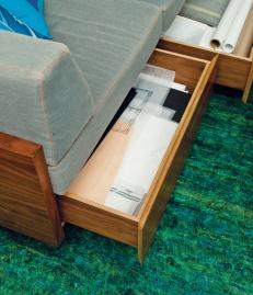 Чекмеджетата на дивана служат за складиране на материалите на Роза и Робер