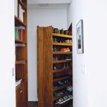 На вътрешната страна на вратата му са разположени рафтове за обувки - оригинална и практична идея