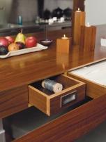 Кухненската маса и многобройните ѝ чекмеджета