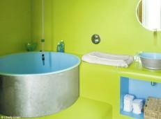 Ярко боядисаните стени привличат погледа и размерите на банята остават незабелязани.