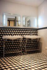 Заложете на графичния дизайн на материалите. В този случай е трудно да се разбере къде свършва пода и започва стената - илюзията за по-голямо помещение е перфектна.