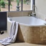 Хармонизирайте облеклото на ваната с това на пода като материя и цвят. Това ще създаде една спокойна и отпускаща атмосфера.